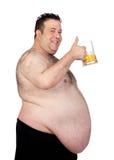 喝一个瓶子啤酒的肥胖人 免版税库存照片