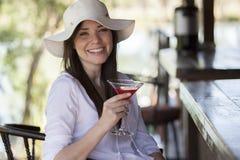 喝一杯在酒吧 免版税库存图片