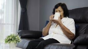 喝一杯水的资深妇女 股票录像