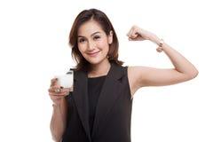 喝一杯牛奶的健康亚裔妇女 免版税图库摄影