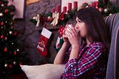 喝一杯茶的迷人的女性,享受舒适大气 图库摄影