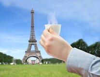 喝一份咖啡在可爱的巴黎 图库摄影