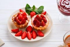 喝与果子馅饼和蛋糕的茶 库存照片