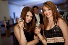 喝二名妇女的chanpagne新 免版税图库摄影