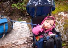喝从在背包的一个骆驼袋子的婴孩 免版税库存图片