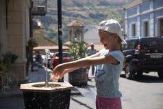喝从水饮水器的逗人喜爱的女婴在夏天 库存照片