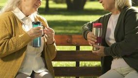喝从热水瓶烧瓶,在身体,水合作用的水分平衡的年长妇女茶 影视素材