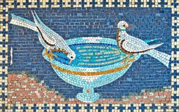 喝从碗的两只鸽子美丽的马赛克  免版税库存照片
