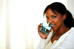 喝健康凉水的俏丽的妇女 免版税库存照片