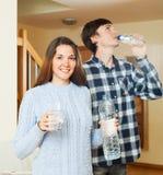 喝净水的微笑的夫妇 免版税库存照片