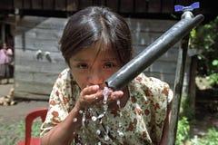 喝危地马拉女孩的水画象 免版税库存图片