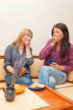 喝咖啡的两个女孩 免版税库存图片