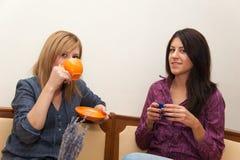 喝咖啡的两个女孩 免版税库存照片