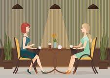 喝咖啡的两个少妇在咖啡馆餐馆 夫人一起女孩午餐 图库摄影