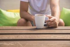 喝咖啡的人 喝咖啡的人特写镜头户外 库存照片