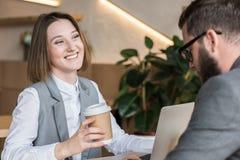 喝咖啡的年轻成功的商务伙伴 免版税库存照片