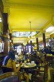 喝咖啡的游人 免版税库存图片