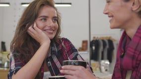喝咖啡的美女朋友,沟通在咖啡馆 影视素材