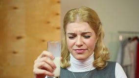 喝品质差非新鲜的牛奶的女孩 失望 消化问题 影视素材