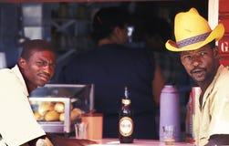 喝啤酒的两个人在巴西 免版税库存照片