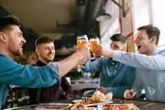 喝啤酒的人在客栈 免版税库存照片