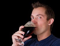 喝啤酒的人 库存照片