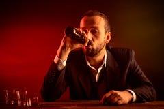 喝啤酒的商人 免版税图库摄影