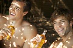 喝啤酒的愉快的人户外 免版税库存照片