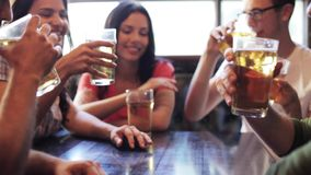 喝啤酒的愉快的朋友在酒吧或客栈 股票视频