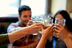 喝啤酒的愉快的朋友在酒吧或客栈 库存照片