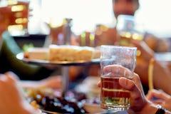 喝啤酒的朋友在酒吧或客栈 免版税库存图片