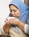 喝回教妇女的咖啡 免版税库存照片