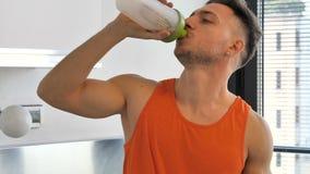 喝圆滑的人饮料或蛋白质震动的年轻人 股票视频