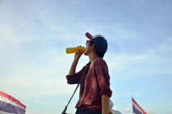 喝在公园的妇女在Nonthaburi泰国 免版税库存照片