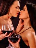 喝在夜总会的妇女红葡萄酒 库存图片