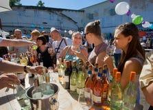 喝在室外酒吧的愉快的妇女酒 免版税库存图片