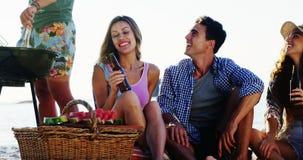 喝在海滩4k的朋友酒精 影视素材