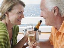 喝在游艇的愉快的夫妇香宾 免版税库存图片