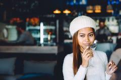 喝在酒吧的美丽的女孩马蒂尼鸡尾酒 库存图片