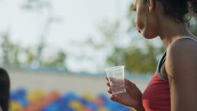 喝在锻炼以后的两种人种的女孩,恢复水分平衡,水合作用 股票录像