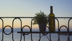 喝在阳台的一个人红葡萄酒海的背景的 特写镜头 影视素材