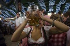 喝在Oktoberfest期间的德国女孩2012年 库存图片