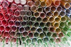喝塑料秸杆五颜六色的背景  库存图片
