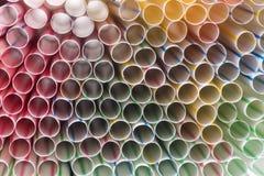 喝塑料秸杆五颜六色的背景  免版税库存照片