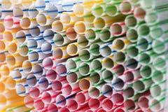 喝塑料秸杆五颜六色的背景  图库摄影