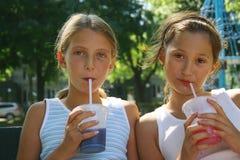 喝外卖的女孩 免版税库存图片