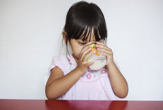 喝女孩牛奶 免版税图库摄影