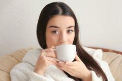 喝她的老妇人年轻人的背景美丽的后面城市咖啡 免版税库存图片