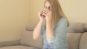 喝她的老妇人年轻人的背景美丽的后面城市咖啡 股票视频