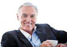 喝愉快的前辈的生意人咖啡 免版税库存图片